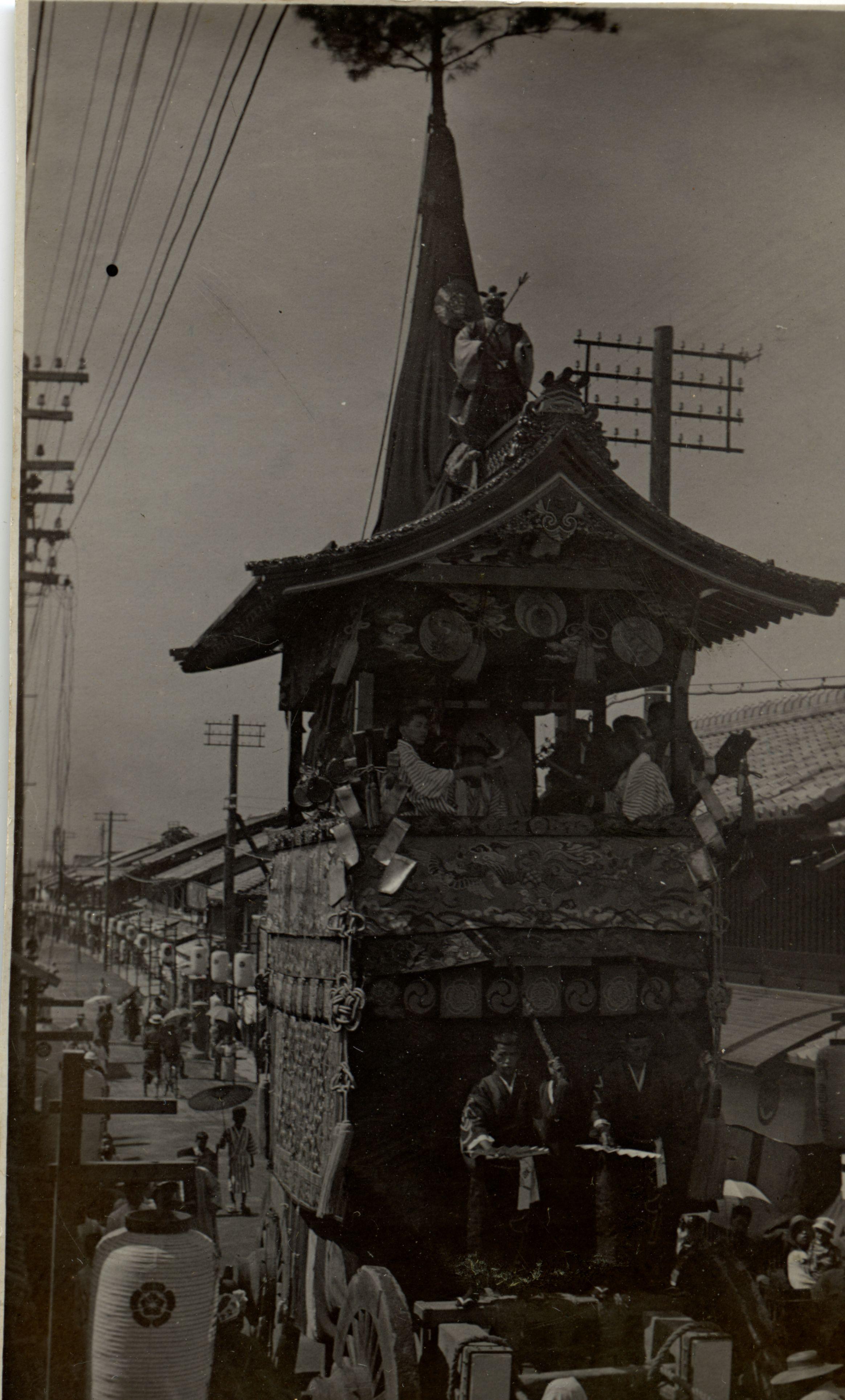 船鉾町(新町通)を通過する岩戸山と長刀鉾
