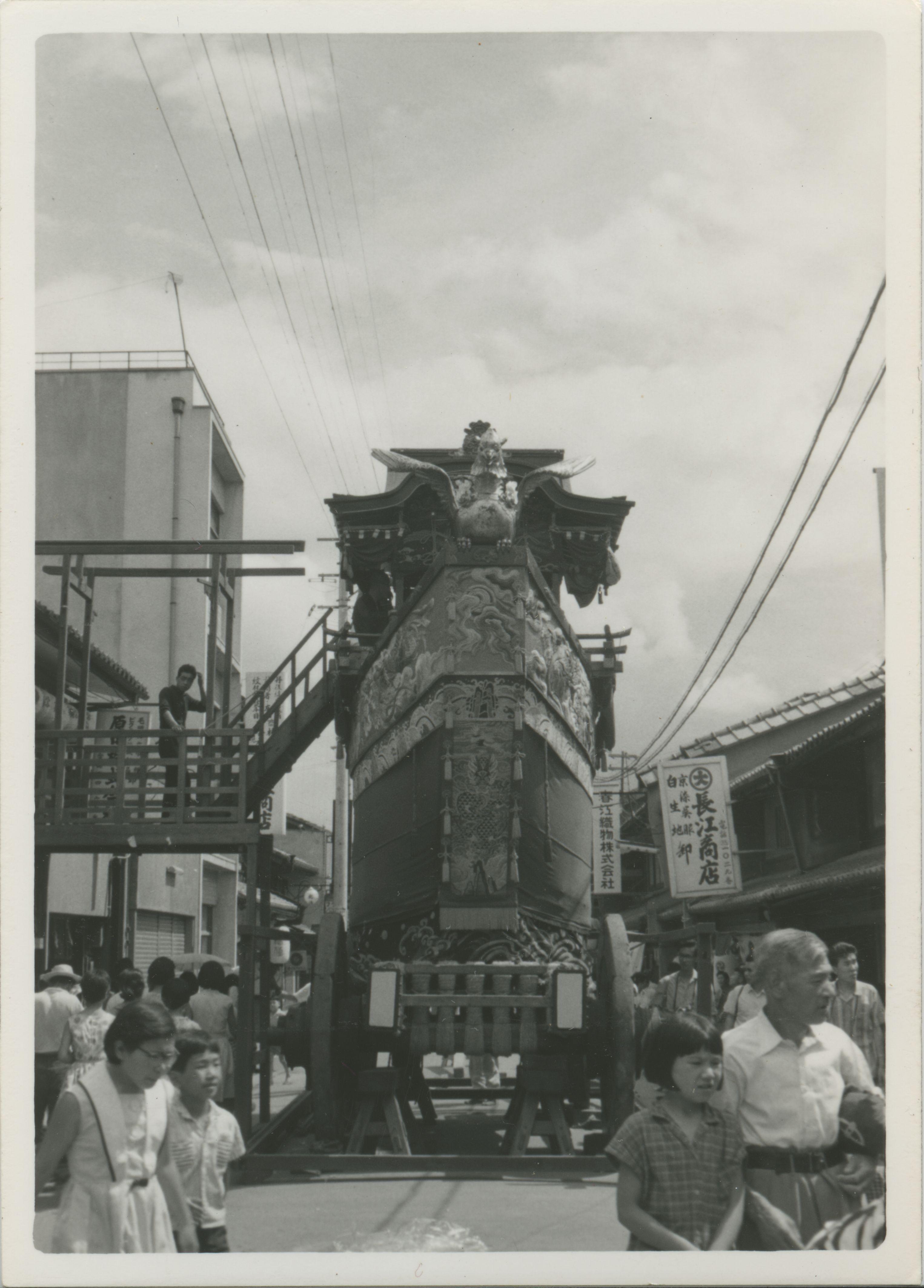 正面からみた船鉾と長江商店の看板